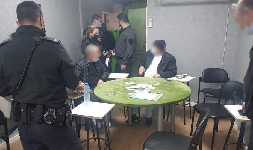 מתקהלים ומשחקים קלפים בניגוד לתקנות. צילום: דוברות המשטרה