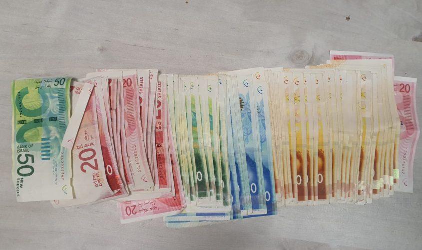 הכסף שנתפס אצל השודד. צילום: דוברות המשטרה