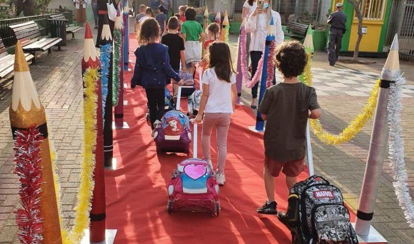 תלמידים חוזרים ללימודים אחרי הסגר הראשון. צילום: עיריית אשדוד