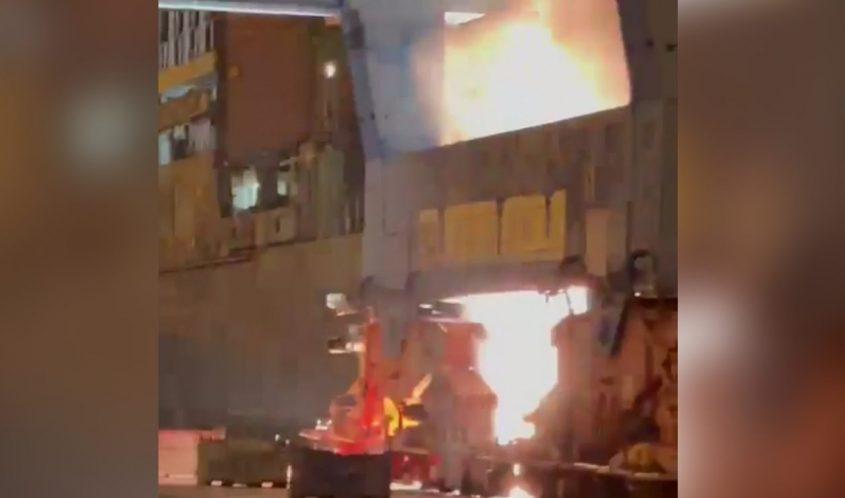 האש פורצת במנוע של המנוף