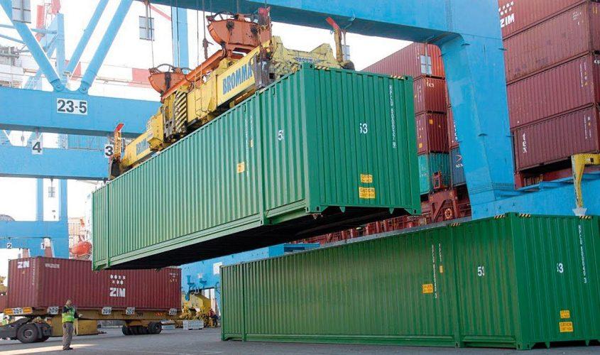 פריקת מכולות בנמל אשדוד. צילום: ג'ורג' בן חיים