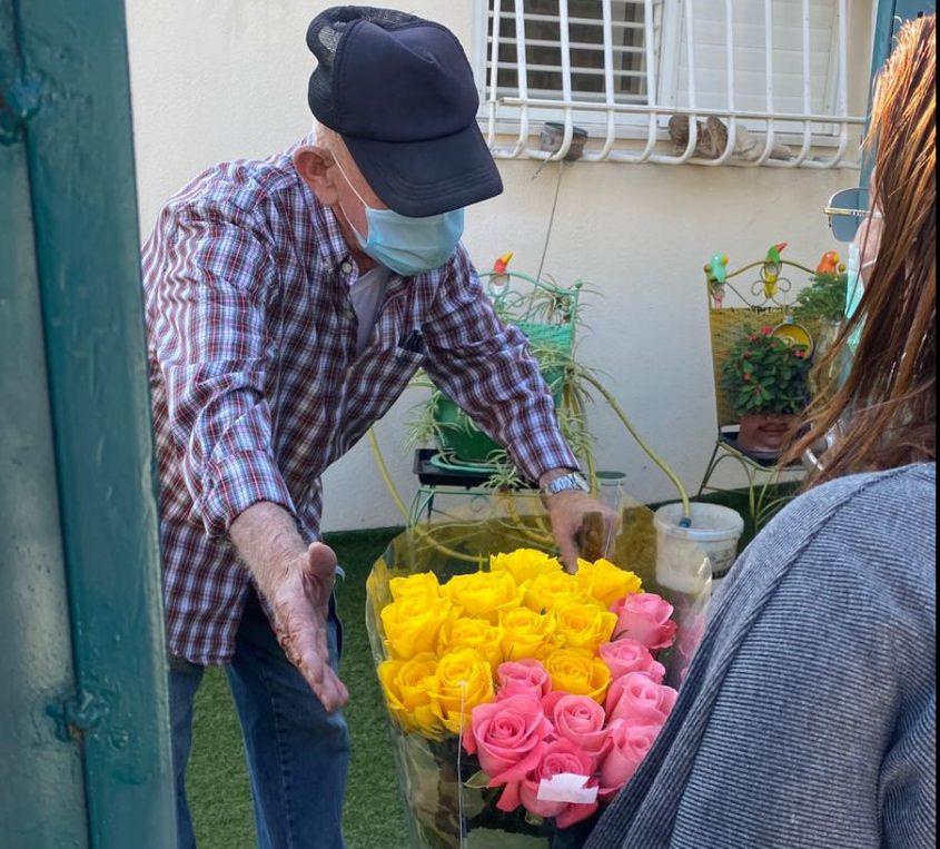 חלוקת פרחים לקשישים