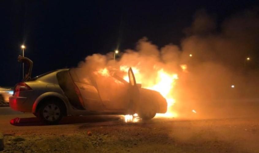 רכב עולה באש. צילום ארכיון: דוברות המשטרה