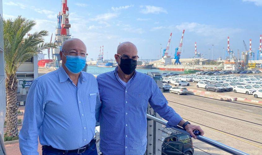 """משמאל: ד""""ר אלי אברמוב ומנכ""""ל הנמל, שיקו זאנה. צילום: יח""""צ נמל אשדוד"""