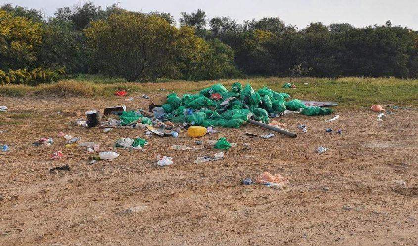 מערום של שקיות איסוף זפת. צילום: דרור אריאלי, המשרד להגנת הסביבה