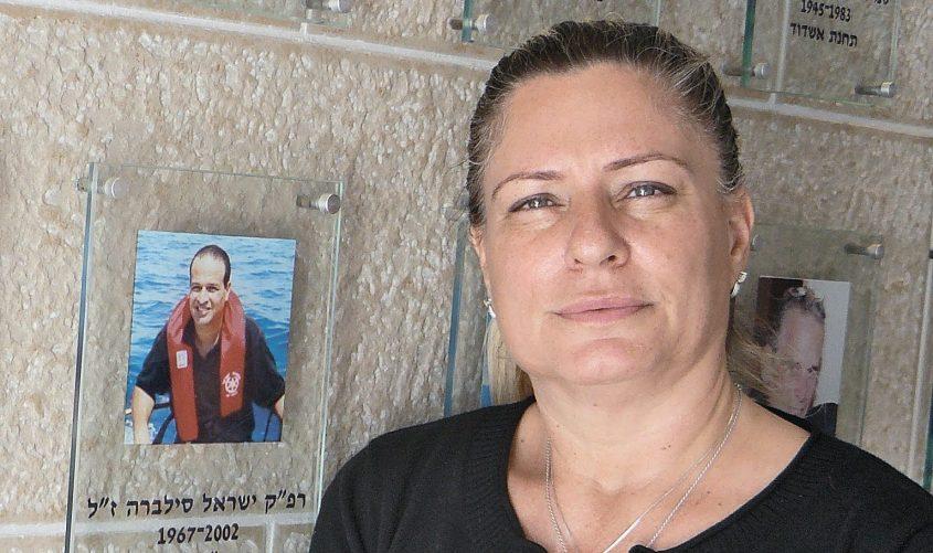 """גלית סילברה ליד תמונתו של ישראל ז""""ל. צילום: דור גפני"""