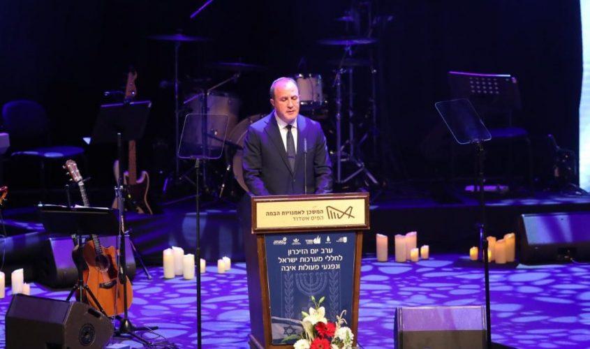 """ד""""ר לסרי נואם בטקס יום הזיכרון. צילום: לירון מולדובן ODREY"""