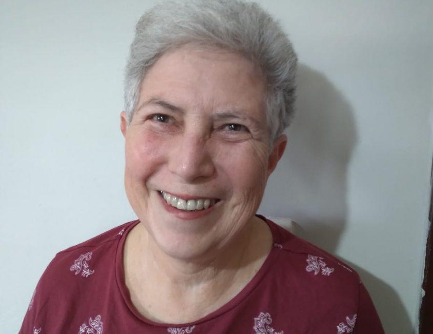 """רחל פרנק. אשת העדות בזיכרון בסלון בבית אריה קלנג. צילום: יח""""צ"""