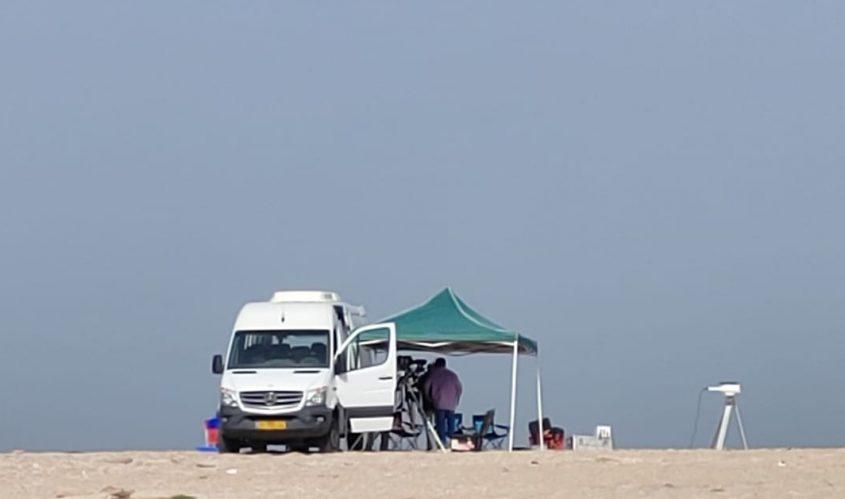 הרכב והסככה בחוף. צילום: אסי פרוינד