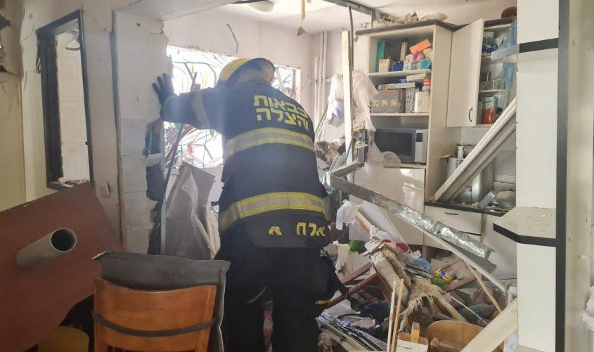 בתוך הבית שנפגע באשדוד. צילום: תיעוד מבצעי כבאות והצלה