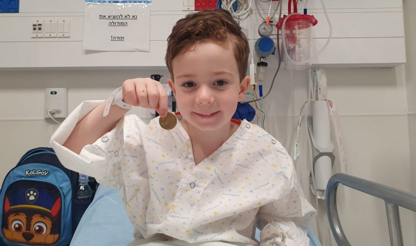 הילד עידן שלומן עם המטבע