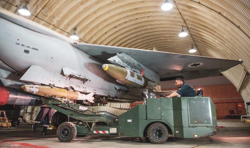 """מחמשים את מטוסי הקרב. צילום: דובר צה""""ל"""