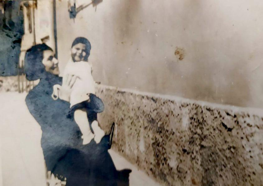 בלהה כובס בזרועותיה של אמה. מתוך אלבום פרטי