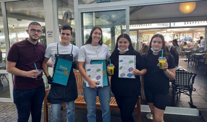 התלמידים והתפריטים בקפה ליון. צילום: מקיף ו'