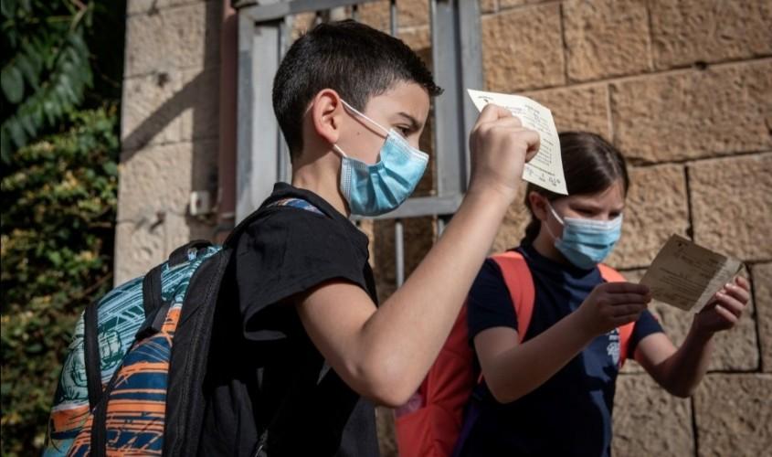 תלמידים עם מסכות. צילום: אמיל סלמן