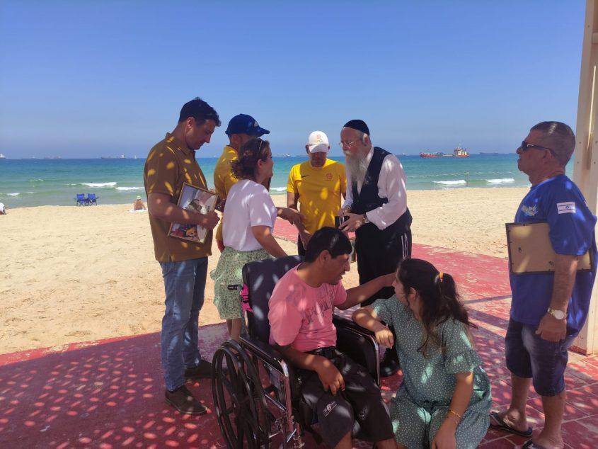 המצילים ואנשי עמותת 'עלה'. צילום: עיריית אשדוד