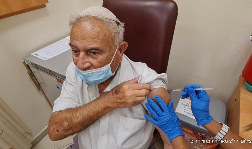 יצחק עמר מקבל את החיסון השלישי