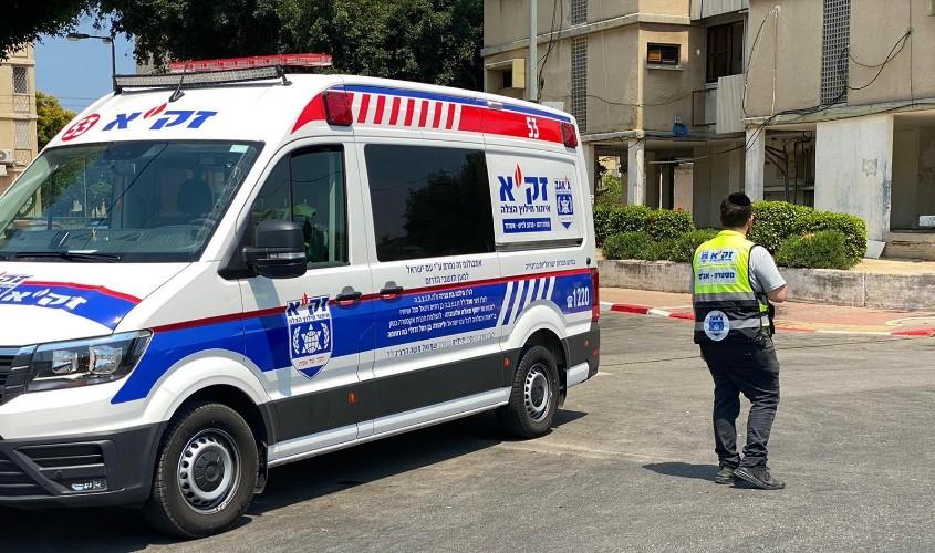 """הרכב שהגיע לפנות את גופת האישה באשדוד. צילום: דוברות זק""""א"""