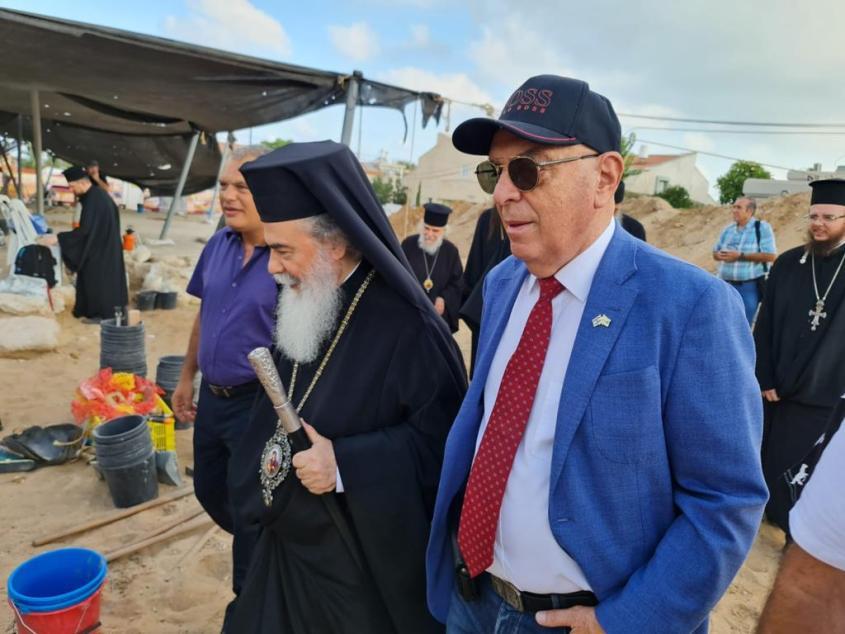 """סגן רה""""ע אשדוד והפטריארך היווני. צילום: תיירות אשדוד"""
