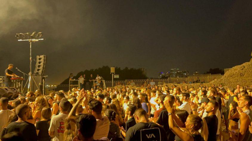הקהל בהופעה של טונה במצודה. צילום: שמואל דוד