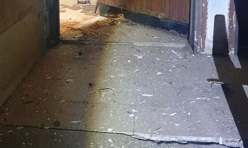 הנזק שנגרם מפיצוץ אחד המטענים. צילום: דוברות המשטרה