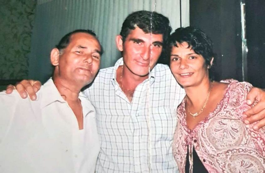 דניאל אשדוד (משמאל) עם אחותו אלונה (מימין) ובעלה. מתוך אלבום משפחתי
