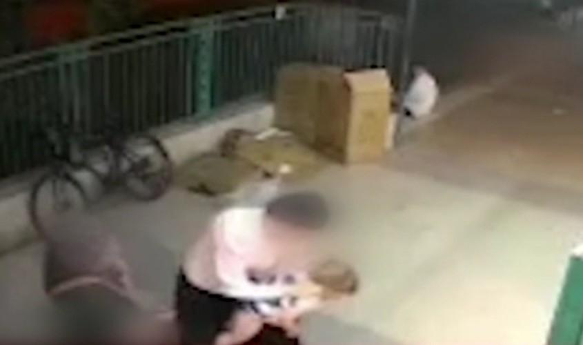הילדה נחנקת. מתוך מצלמת האבטחה