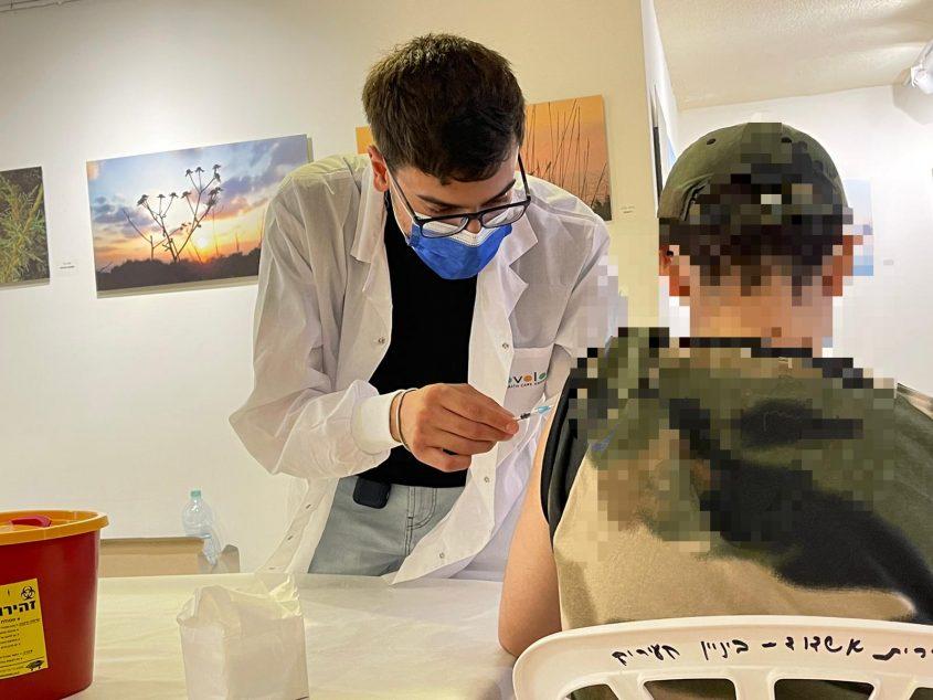 צעיר מגיע להתחסן בחיסון ראשון. צילום: שמואל דוד