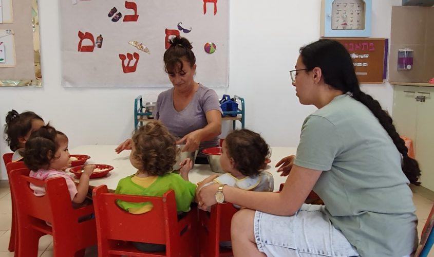 רחל אור אחראית כיתת תינוקיה והסייעת נופר מהגני מדריכות להרגלי ומיומנויות אכילה. צילום: דודו בן זינו