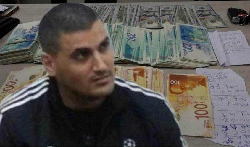 אייל נגר וכסף שנתפס. צילומים: פוסטה, דוברות המשטרה