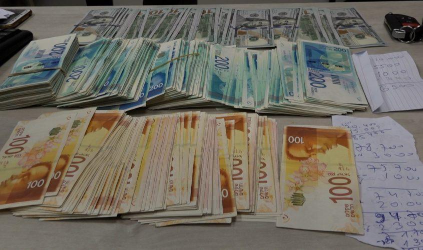 חלק מהכסף שנתפס. צילום: דוברות המשטרה