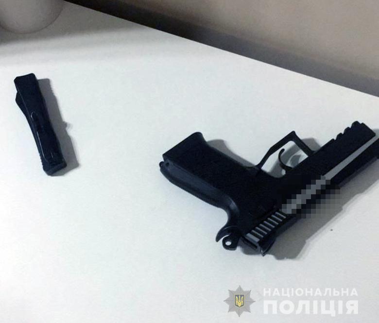 אקדח האוויר שנמצא בביתו. צילום: משטרת קייב