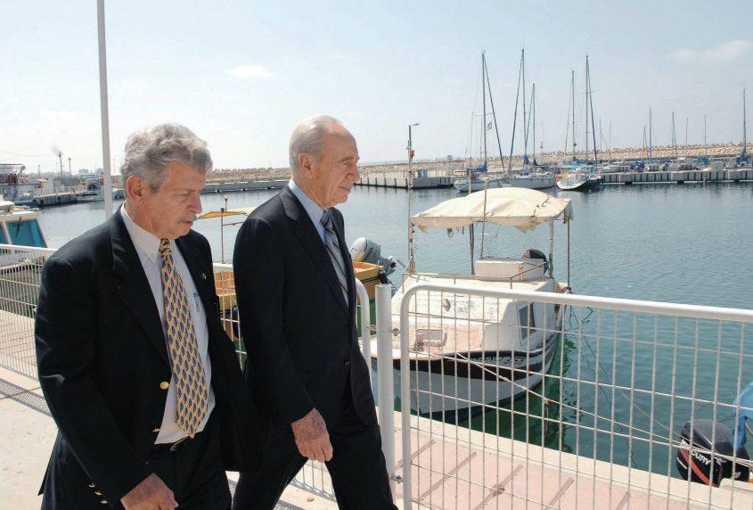 """צילקר והנשיא לשעבר פרס ז""""ל, בטיילת המרינה. צילום: עמוס בן גרשום/לע""""מ"""