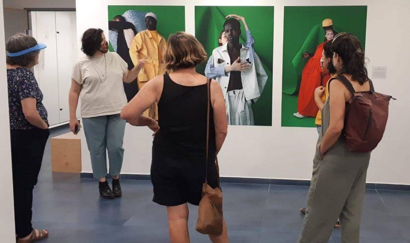 """מבקרים בתערוכה """"חפץ מעבר"""". צילום: יח""""צ"""