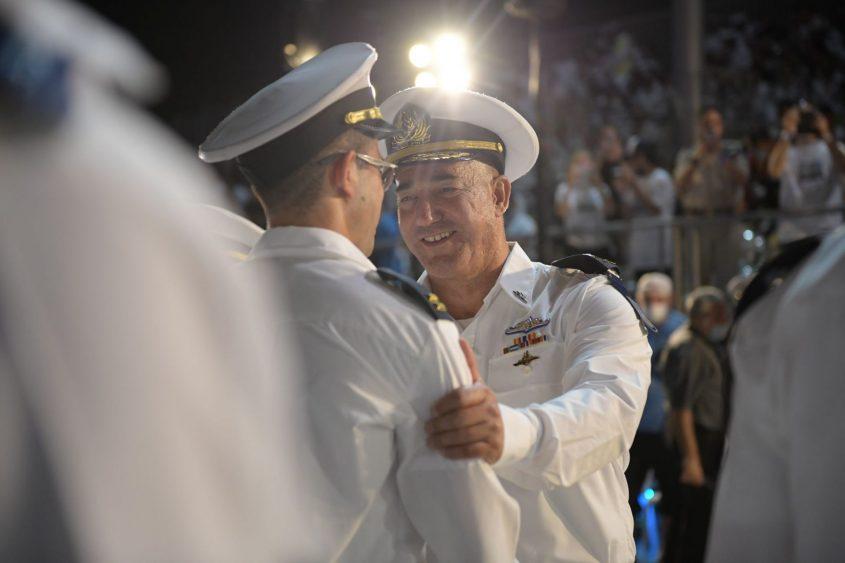"""מפקד חיל הים בסיום קורס חובלים. צילום: דובר צה""""ל"""
