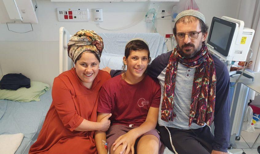 הנער והוריו בבית החולים
