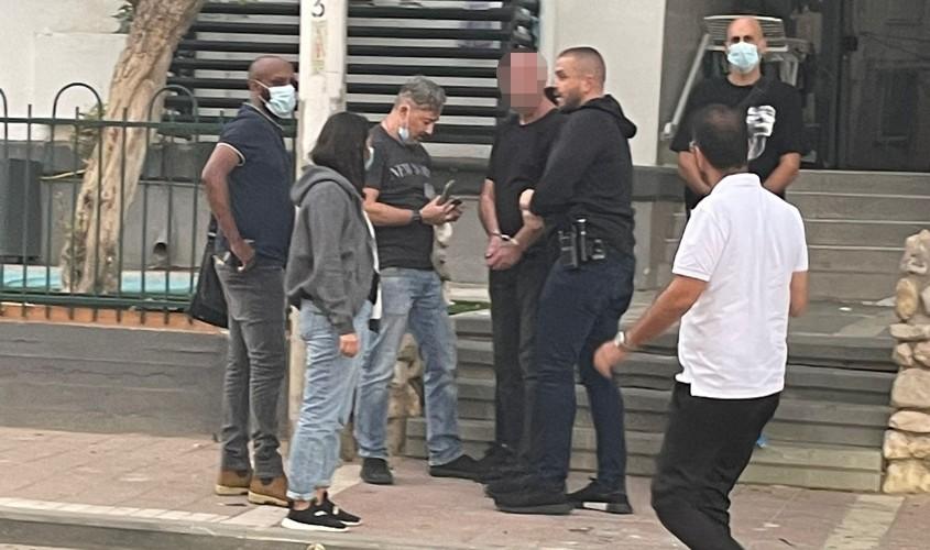 מעצר החשוד ליד ביתו