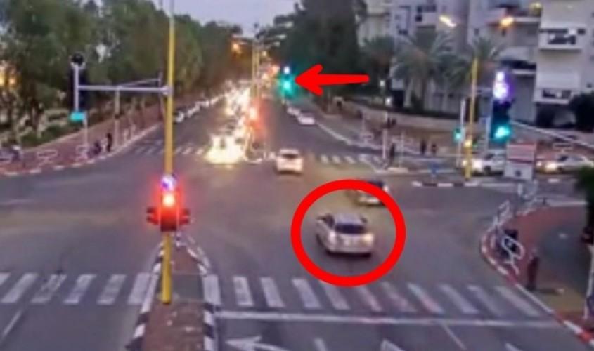 הרכב של נינה וילי חוצה את הצומת באור ירוק. צילום: מוקד רואה עיריית אשדוד
